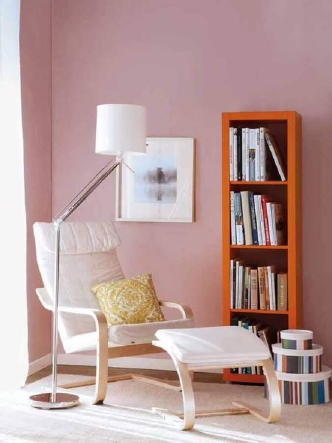 cantinho de leitura decorado com poltrona branca e luminária para leitura noturna Foto Pinterest