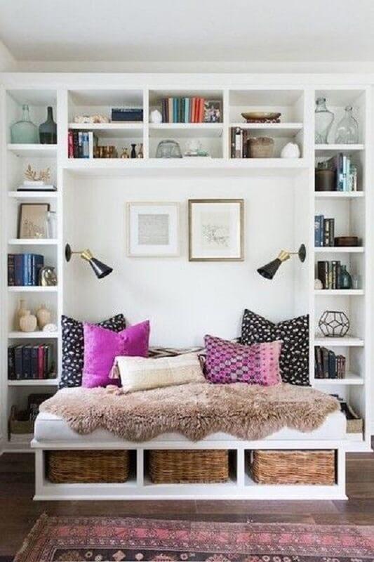cantinho de leitura planejado com luminária de parede para leitura Foto Lonny Magazine