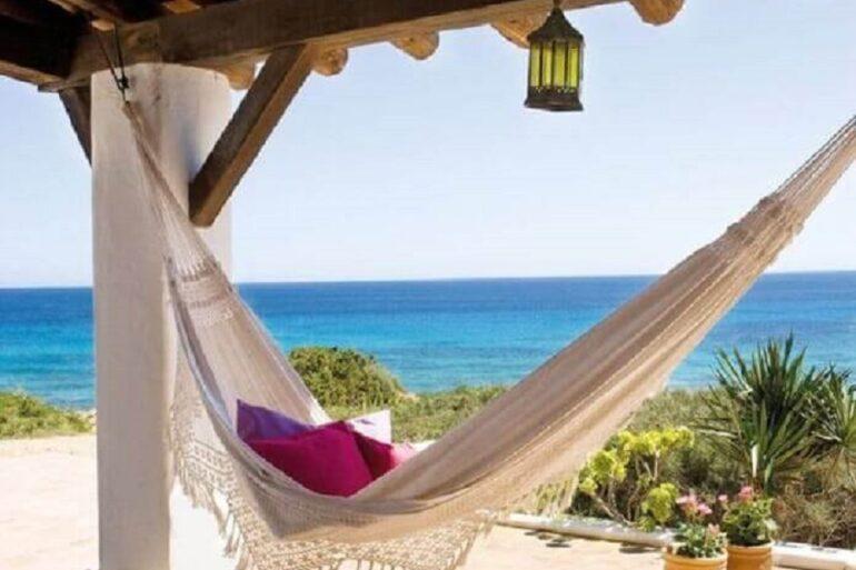 casa de praia decorada com rede de descanso para varanda Foto El Mueble