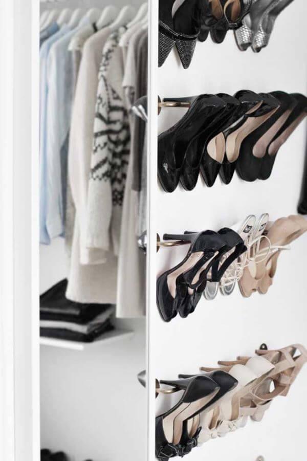 Sapateira de porta no closet moderno