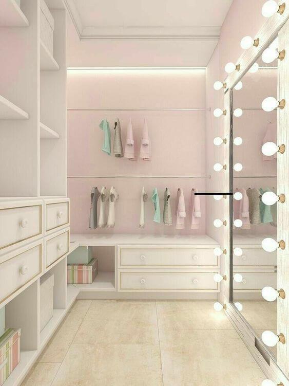 Closet moderno com espelho camarim grande