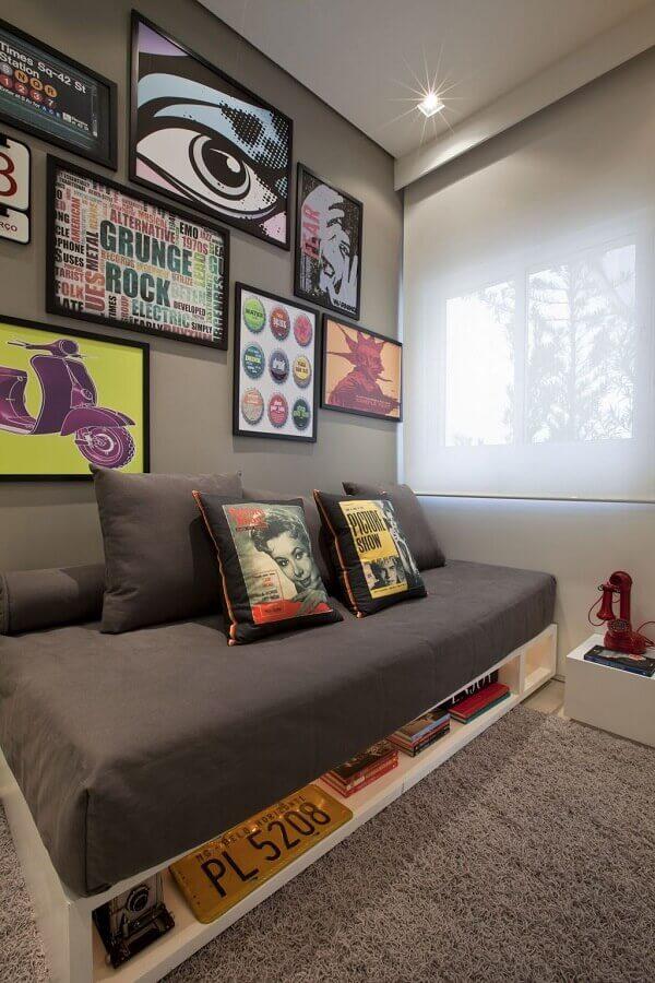 cor de parede para quarto masculino cinza com vários quadros na parede  Foto Archzine