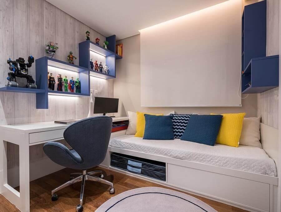 cores claras para quarto masculino com almofadas coloridas e nicho azul Foto Monise Rosa Arquitetura