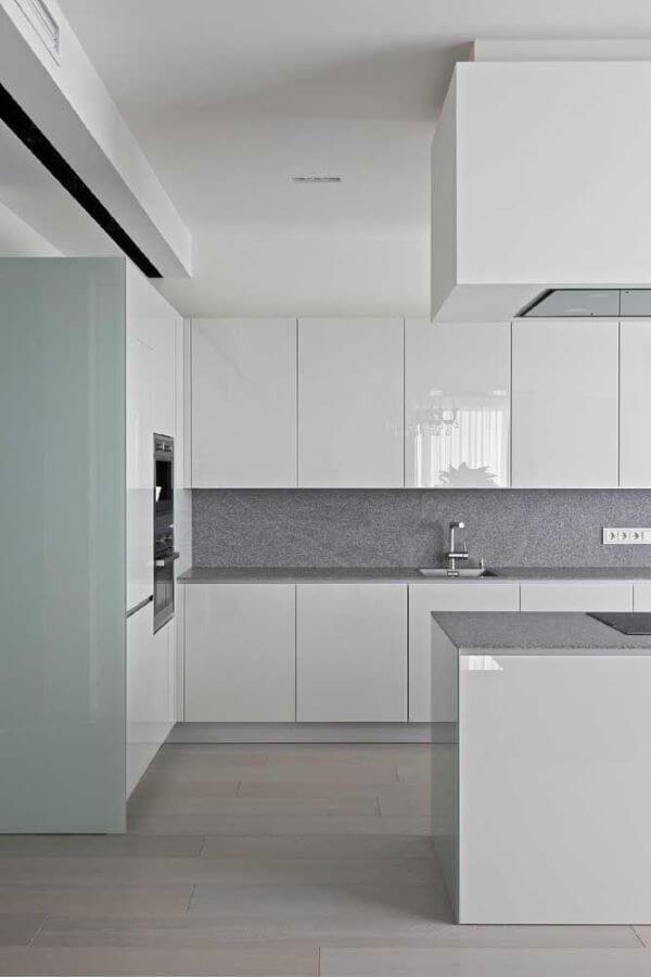 Cozinha clean com cores de granito cinza