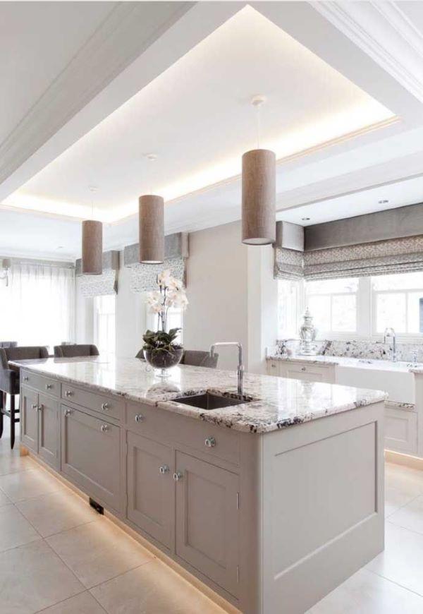 Cores de granito cinza com armários da mesma cor
