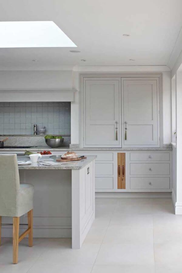 Cores de granito cinza na cozinha clara
