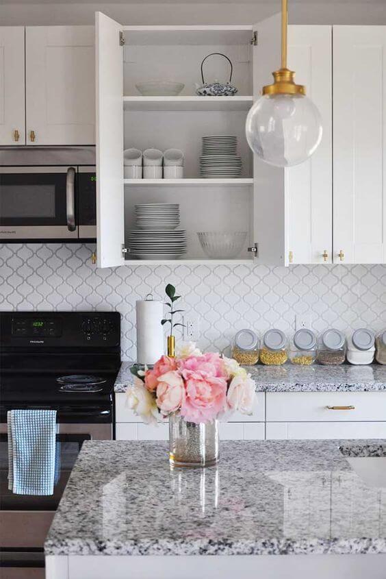 Cozinha e ilha com as mesmas cores de granito