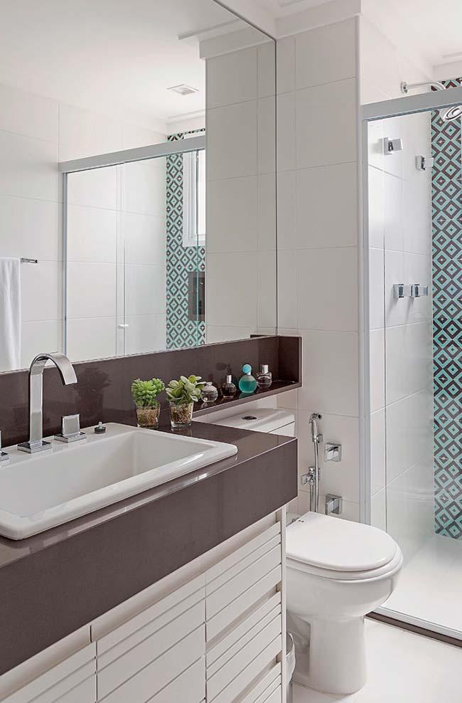 Banheiro com cores de granito marrom