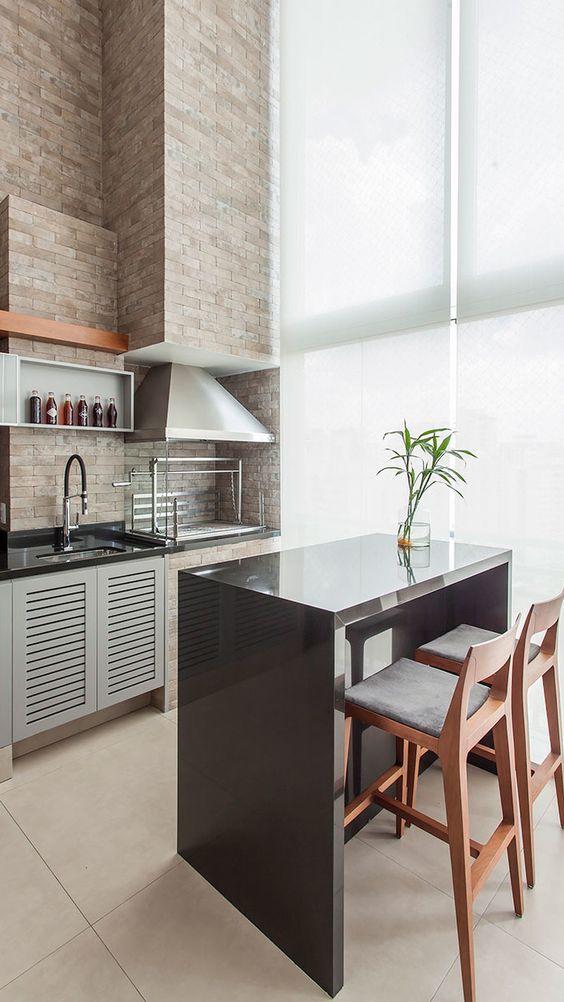 Cozinha moderna com ilha e bancada com cores de granito preto