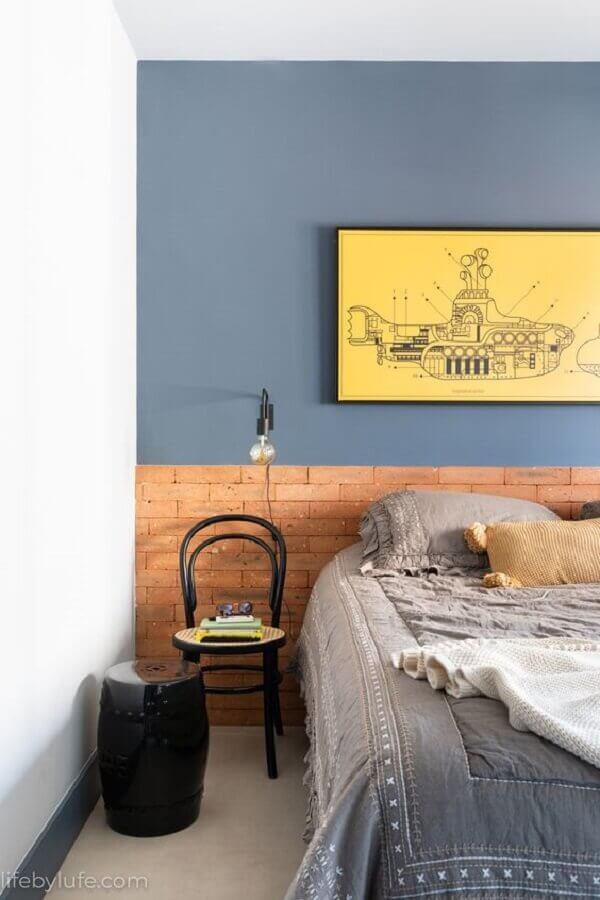 cores de tinta para quarto masculino azul com cabeceira feita com tijolinho à vista  Foto Life by Lufe