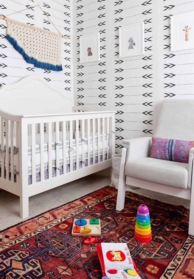 cores para quarto de bebê masculino branco com tapete persa Foto Pinterest