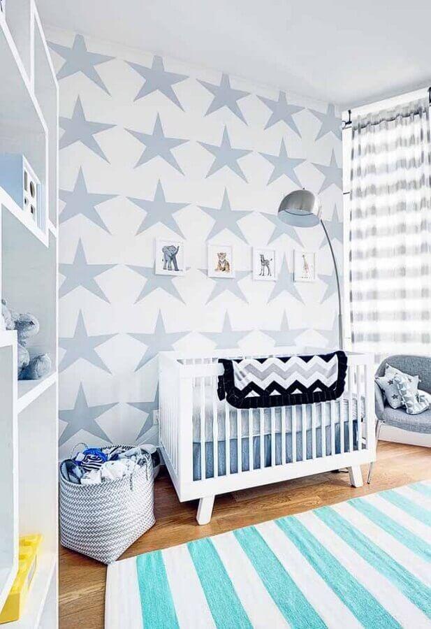 cores para quarto de bebê masculino decorado com papel de parede de estrelas azuis  Foto Pinterest