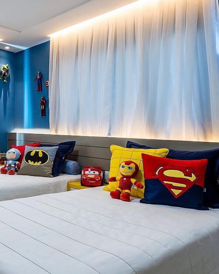 cores para quarto infantil masculino azul e branco com almofadas de super heróis  Foto Rebeca Lemos Arquitetura