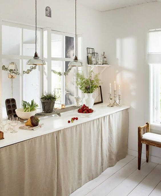 Cortina para pia bege na cozinha moderna