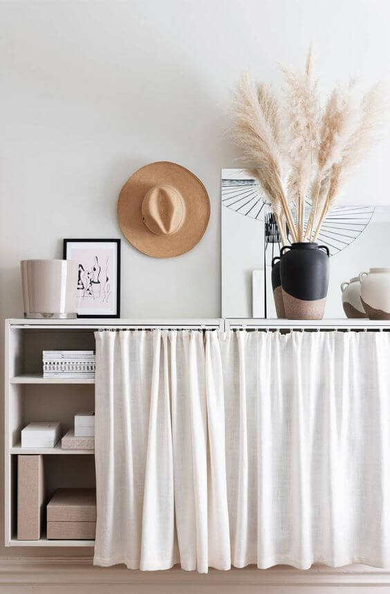 Cozinha com cortina para pia branca