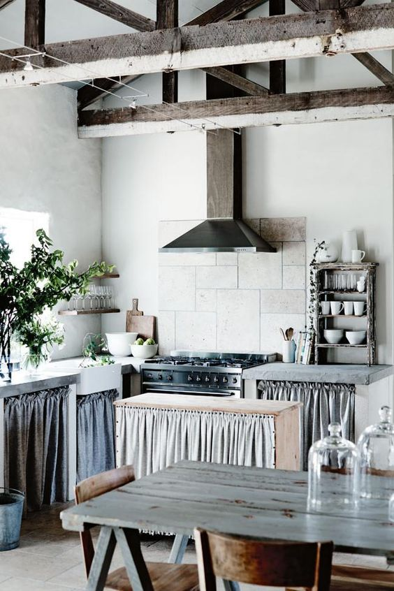 Cozinha moderna com cortina para pia e ilha