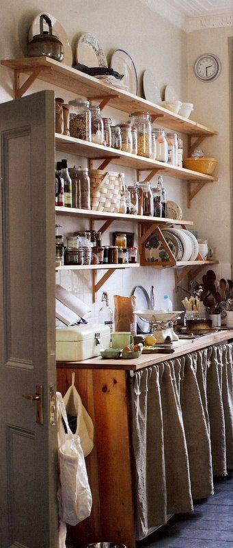 Cozinha moderna com cortina para pia cinza