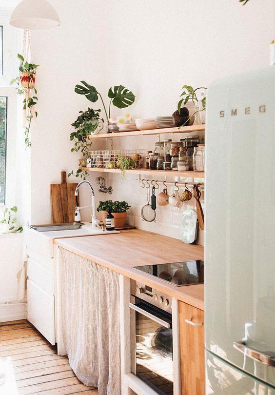 Cortina para debaixo da pia na cozinha com prateleiras