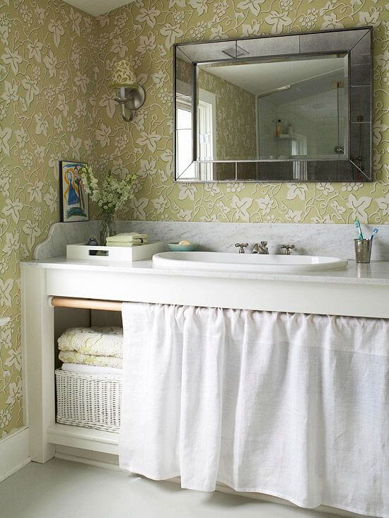 O banheiro também pode contar com uma cortina para pia