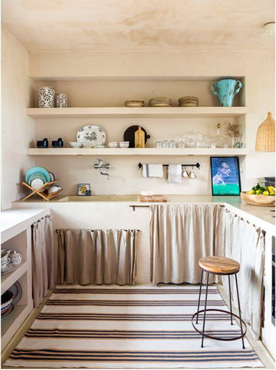 Cozinha com prateleiras e cortina bege