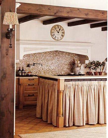 Ilha na cozinha com cortina para pia