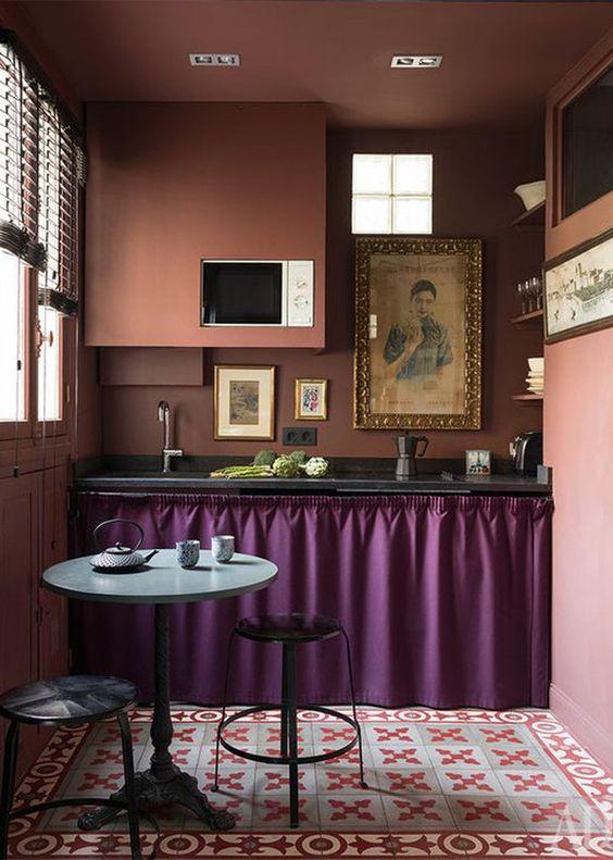 Cozinha com cortina para pia roxa