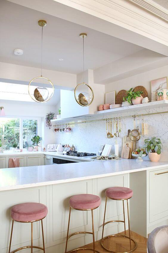 Cozinha americana com banqueta rosa claro
