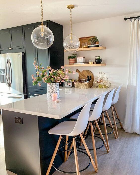 Cozinha americana com balcão branco moderno