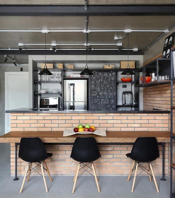 Cozinha americana com balcão e mesa de jantar