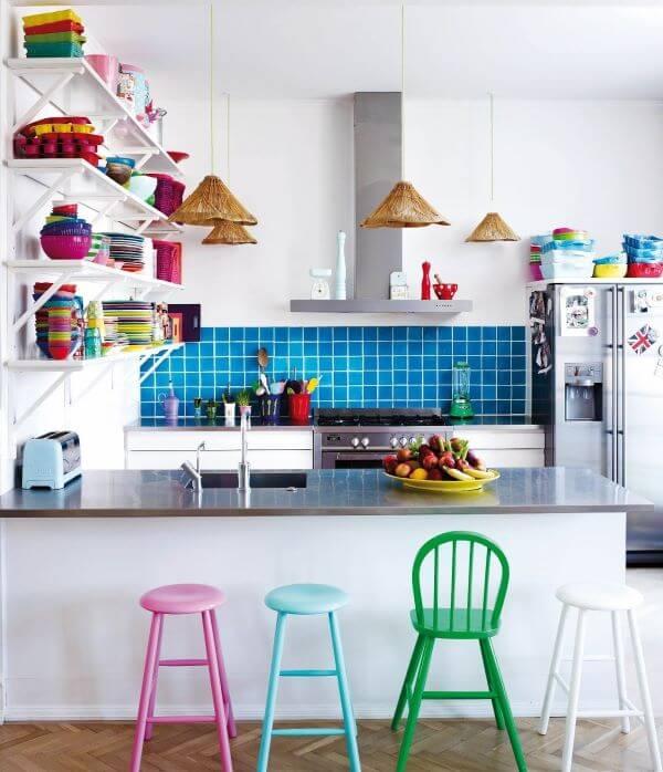 Cozinha americana com banquetas coloridas