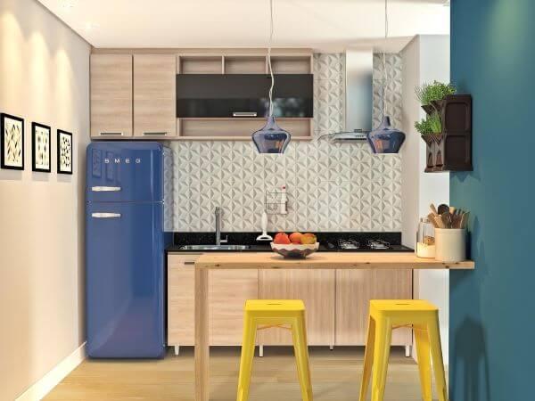 Cozinha americana com geladeira azul retrô