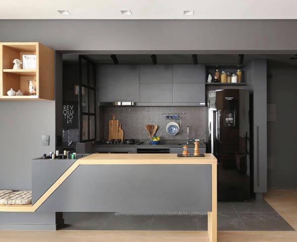 Cozinha americana com geladeira preta e moderna