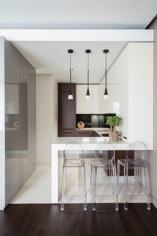 Cozinha americana pequena com balcão branco
