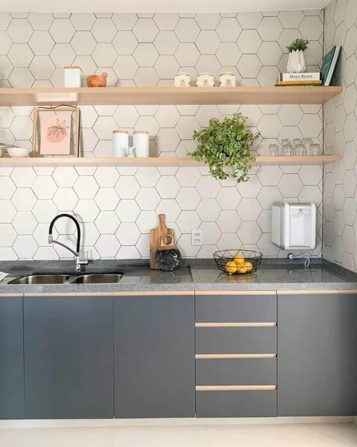 cozinha cinza planejada com prateleiras de madeira e revestimento hexagonal branco Foto Estúdio GT Arquitetura