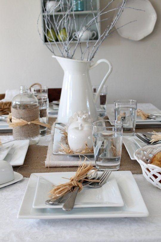 Mesa posta com aparelho de jantar quadrado