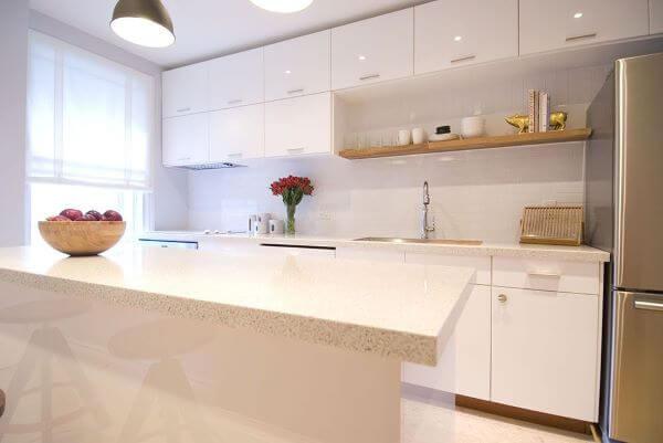 Cozinha com cores de granito branco