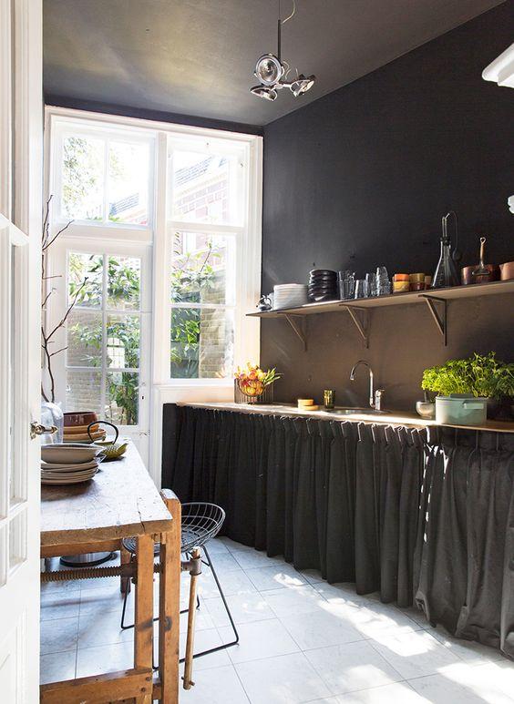 Cozinha com cortina para pia e móveis de madeira