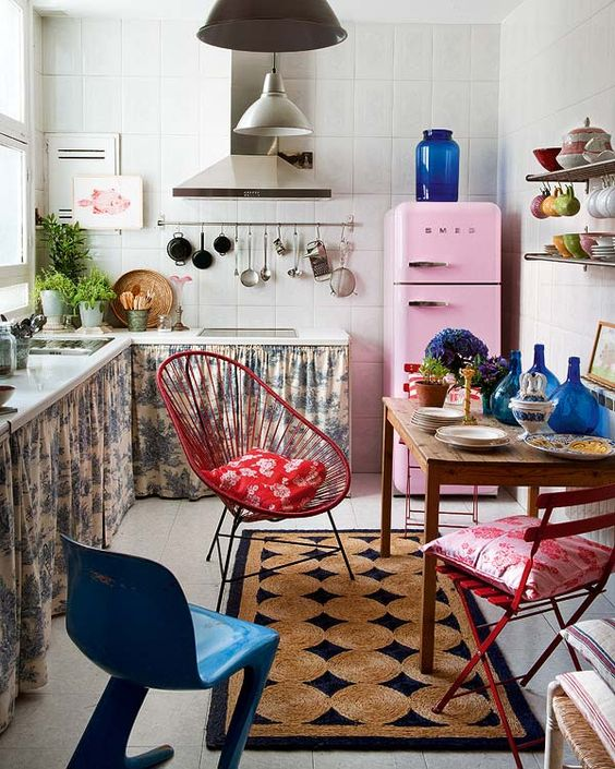 Aposte no tecido estampado para sua cozinha com cortina para pia