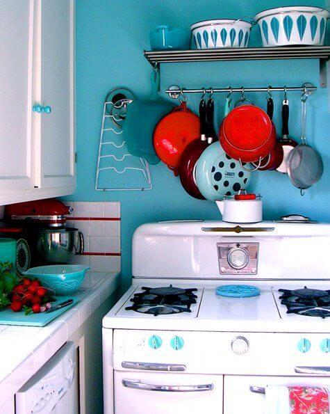 Fogão retrô branco na cozinha azul