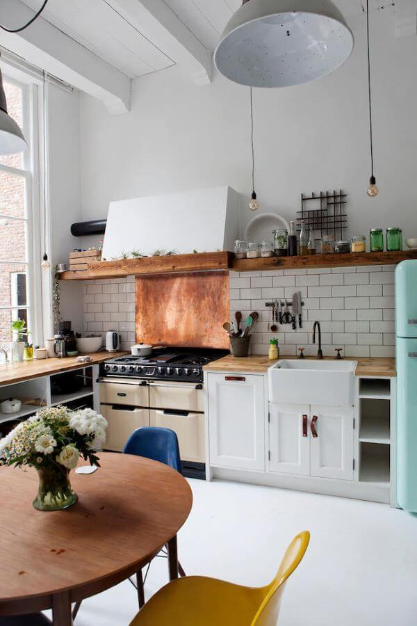 Cozinha com fogão retrô branco