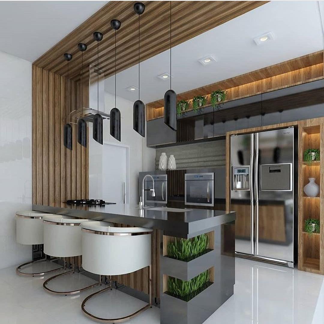 Cozinha moderna e grande com geladeira inox