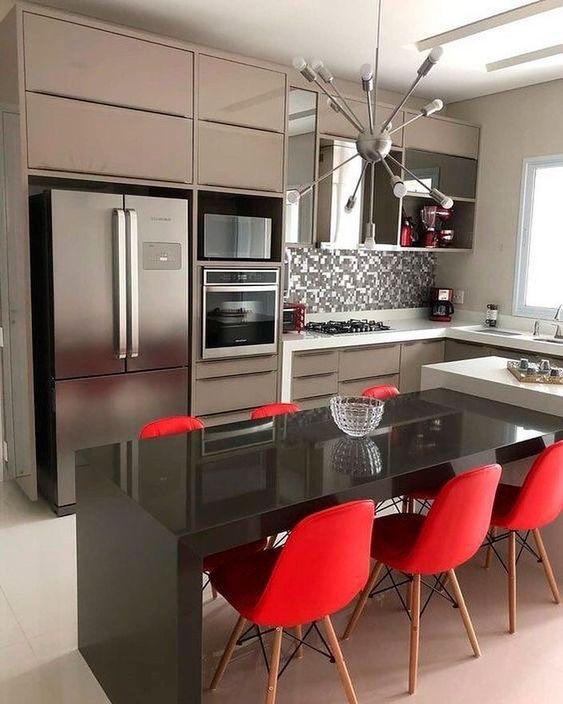 Cozinha com geladeira inverse side by side
