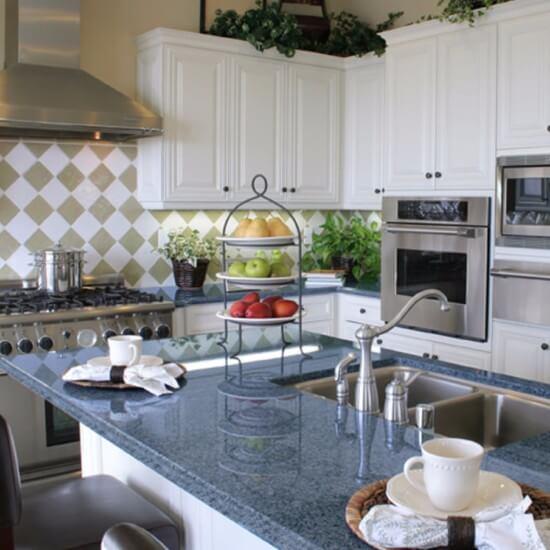 Cozinha com granito azul norueguês