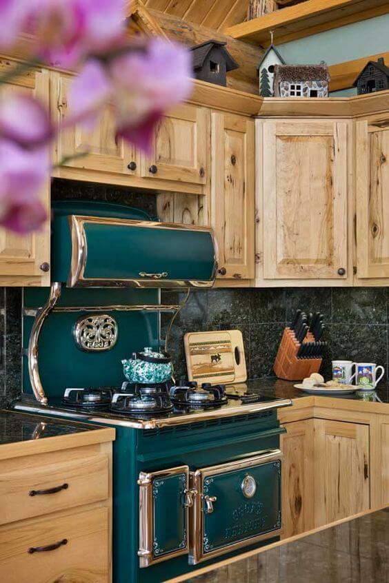 Armários de cozinha de madeira com fogão verde retrô
