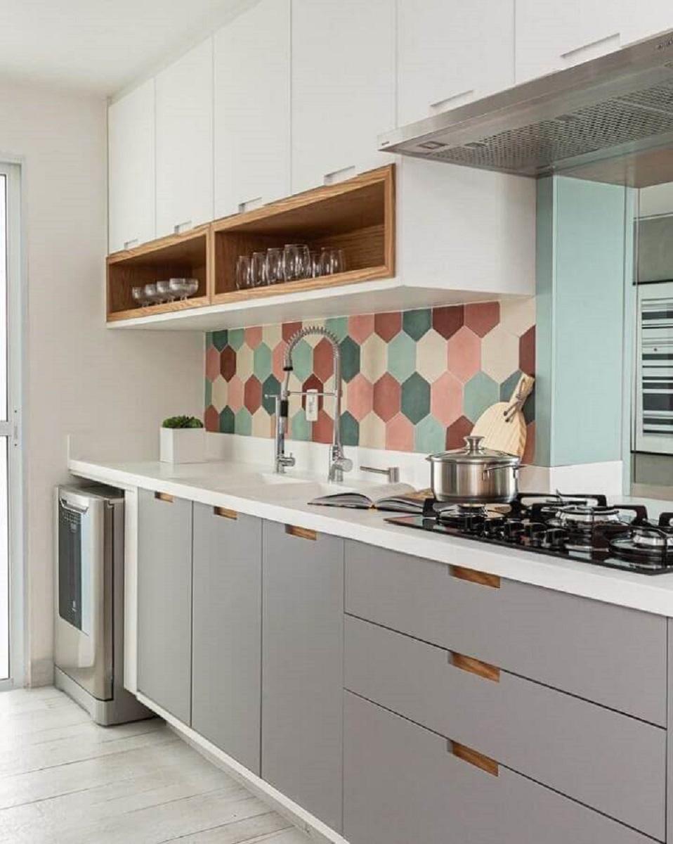 cozinha moderna decorada com revestimento hexagonal colorido Foto Duda Senna Arquitetura