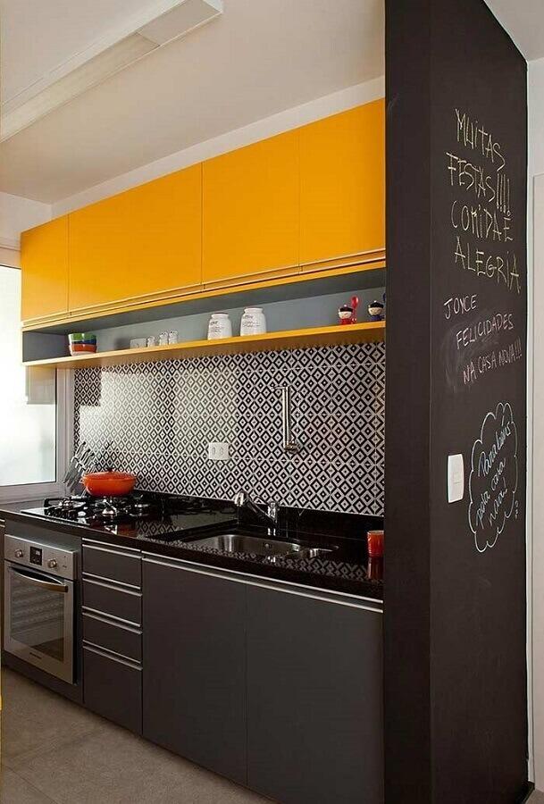 cozinha pequena sob medida preta e amarela Foto Pinterest