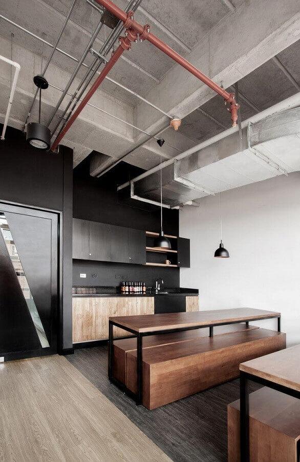 cozinha preta moderna decorada com mesa industrial com banco Foto ArchDaily