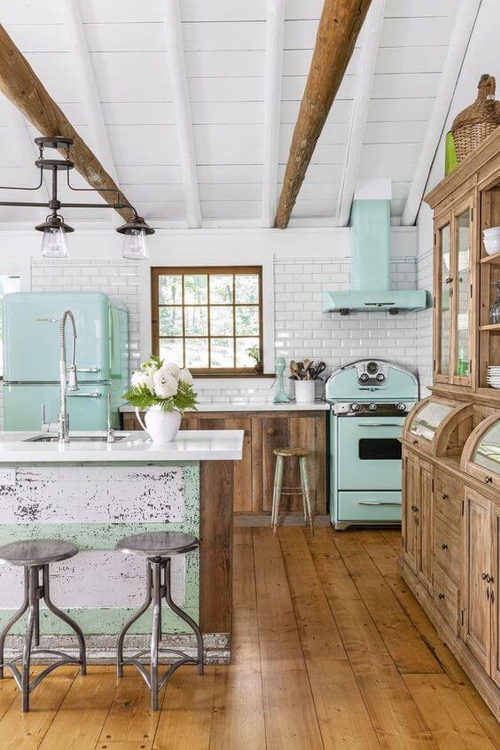 Cozinha com fogão retrô azul claro e móveis de madeira bonitos