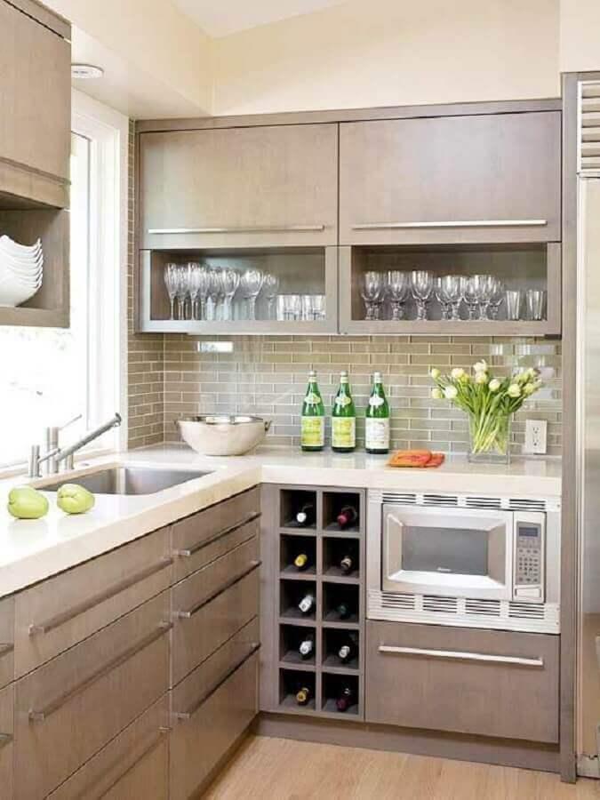 cozinha sob medida de canto pequena com adega de vinho planejada Foto Arquitrecos