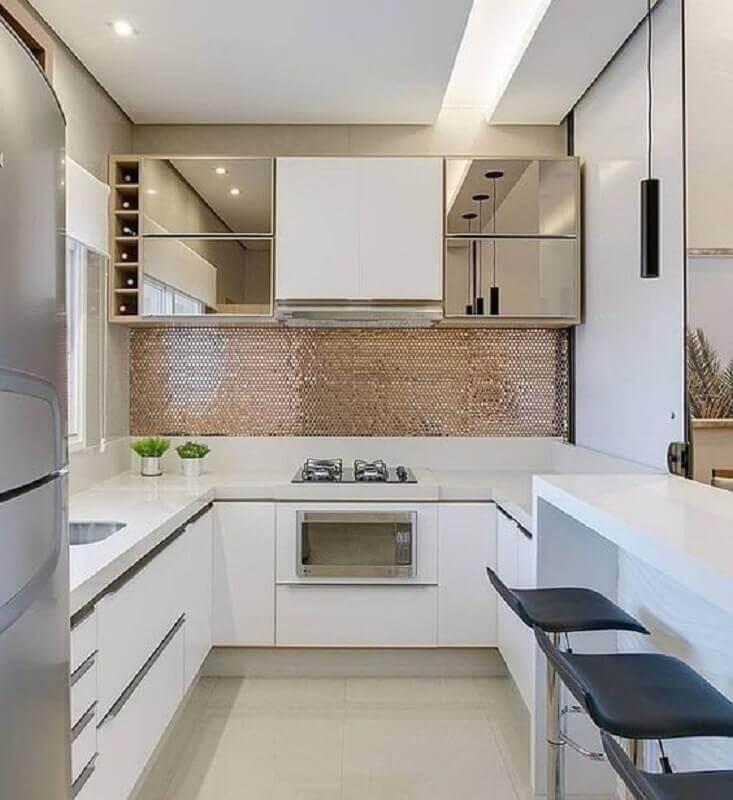 cozinha sob medida em U decorada com armário aéreo espelhado Foto Pinterest